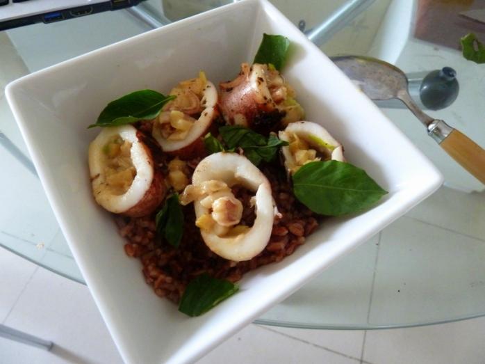 Seiche farcie au miso, oeuf, poireau gingembre, servi avec du riz rouge